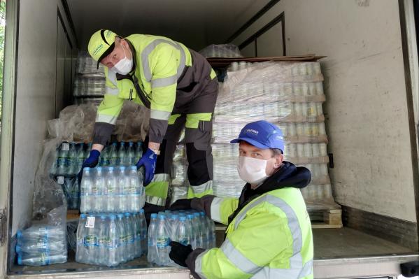 Разгружают воду для больницы