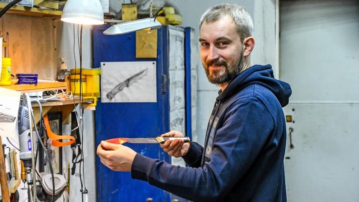 На ножах: екатеринбуржец уволился из офиса и научился делать клинки, которые теперь скупают по всему миру