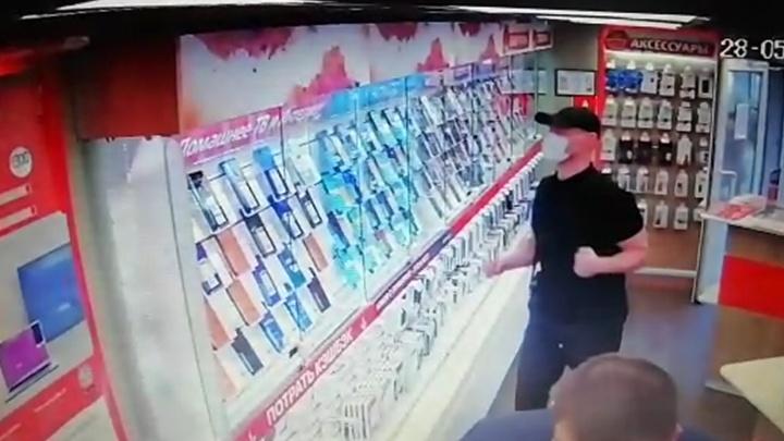 В Екатеринбурге мужчина ограбил два отделения сотовой связи, разбив кулаком витрину
