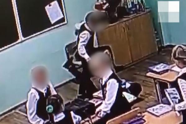 Судя по видео, пермский школьник дважды ударил одноклассника ногой по голове