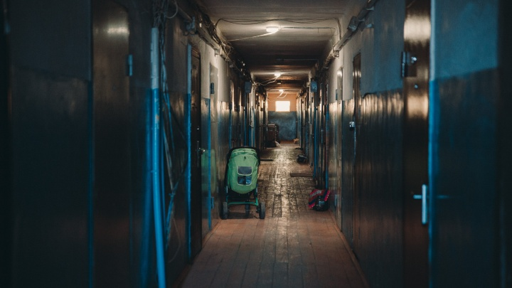 В тюменской многоэтажке жители тушили дверь. Ее подожгли с внешней стороны
