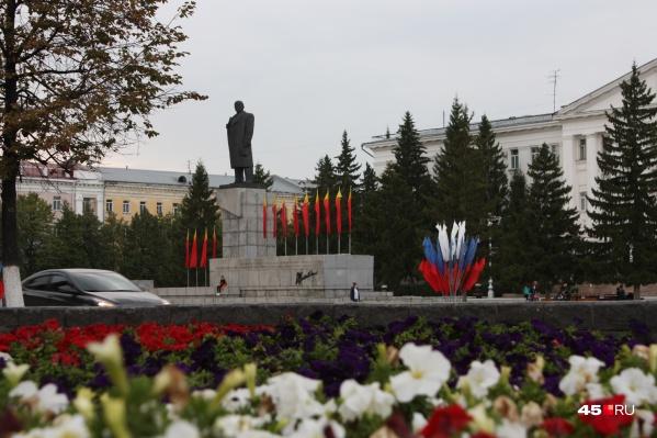 Гулять по площади имени Ленина сегодня можно будет только днем, вечером ее закроют для горожан