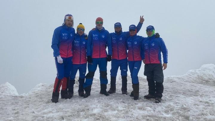 Поздравили Екатеринбург с высоты 4,2 км: спортклуб УрФУ почти добрался до вершины Эльбруса