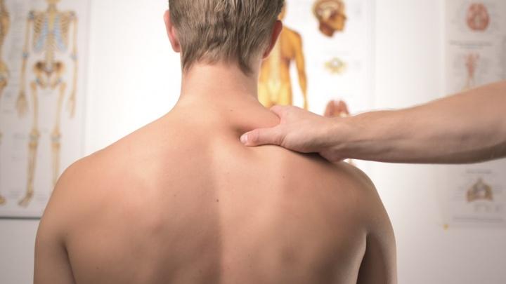 Лечить вслепую бесполезно: невролог рассказал, почему может болеть спина — все не так однозначно
