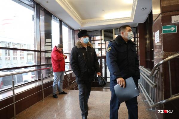 Под домашним арестом Юрий Алтынов, проработавший в тюменской полиции пять лет, пробудет до весны 2021 года. На первый судебный процесс экс-глава областного УМВД пришел в сопровождении сотрудника УФСИН