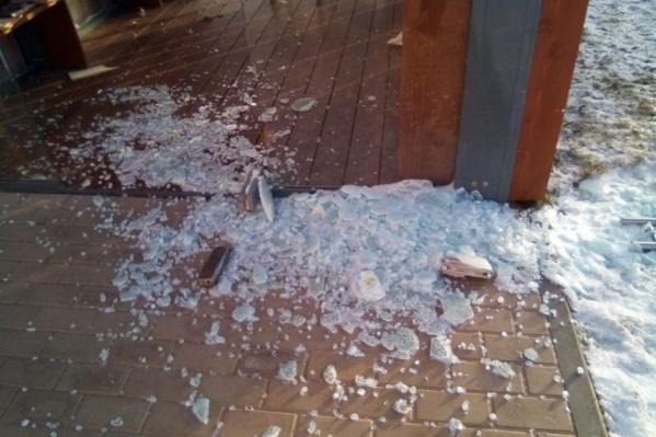 Накануне утром коммунальщикам пришлось собирать битое стекло
