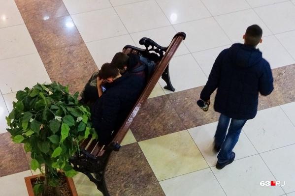 Подростки часто собираются в ТЦ в свободное время