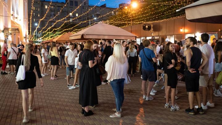 «Заразиться не боимся»: показываем популярное место ночного отдыха молодёжи в центре Волгограда