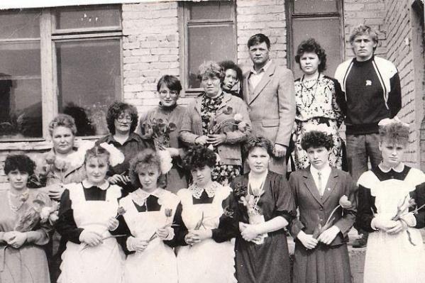 Последний звонок в маленьком поселке Свердловской области в 1989 году. Оцените, какие челки у девчонок!