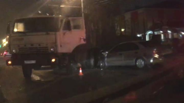 В Ярославле легковой автомобиль влетел под фуру. Видео