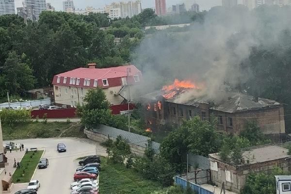 Заброшенный дом загорелся недалеко от Закаменского — огонь прорвался на крышу