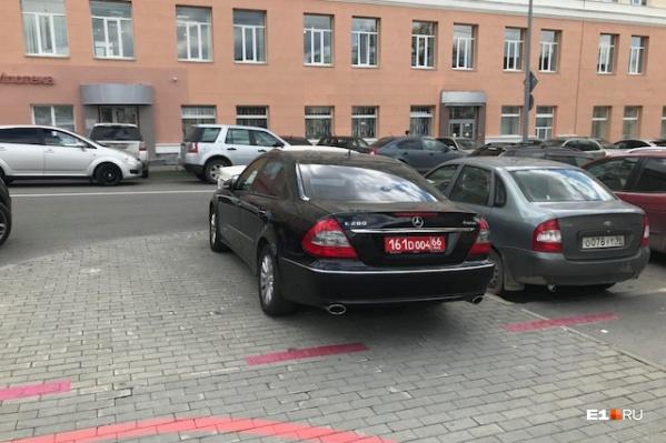 Дипломатические номера не дают права парковать автомобиль на тротуаре. Водителю этого мерседеса явно пора повторить свод дорожных правил, принятый в Российской Федерации