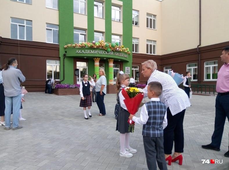 Праздничные линейки в школе № 95 будут лишь у начальных классов