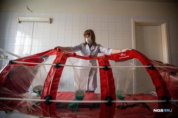 В таких капсулах перевозят пациентов с подтвержденным коронавирусом