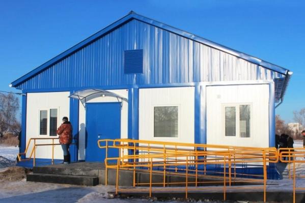 Этот модульный ФАП в прошлом году построили в поселке Саламат в Варненском районе. Он обошелся в 5,9 миллиона рублей. Теперь в регионе планируют возводить подобные объекты