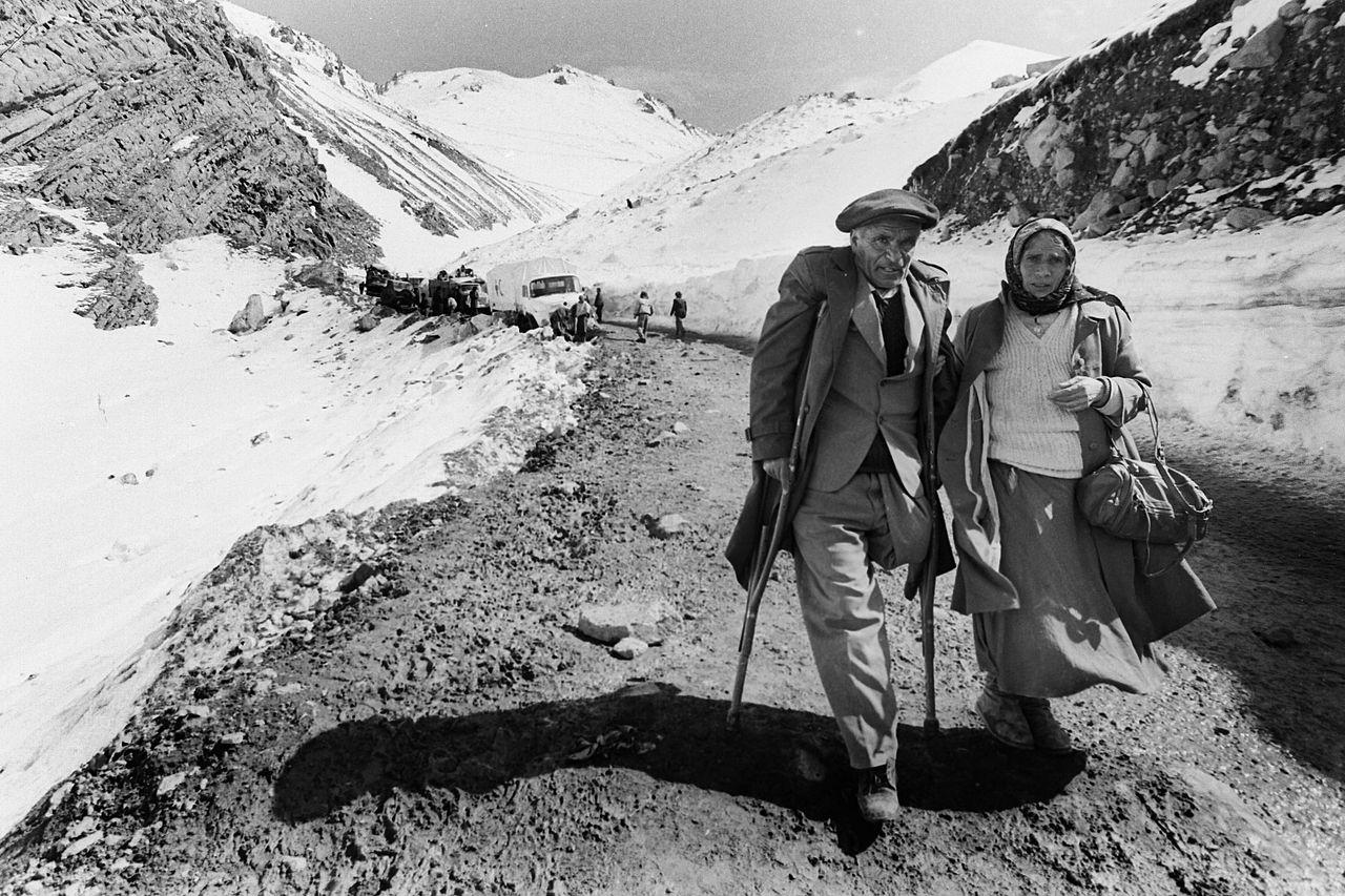 Беженцы, которые уходят от битвы за Кельбаджар во время весенне-летней кампании1993 годаКарабахской войны