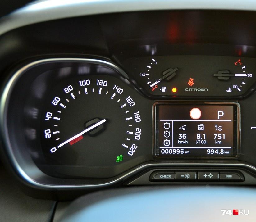 Видите маленькую стрелочку у значка колонки в нижней части индикатора топлива? Она указывает, с какой стороны у машины бак. Иногда выручает