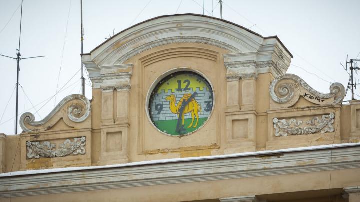 На главной площади Челябинска обновят часы. Голосуем за дизайн