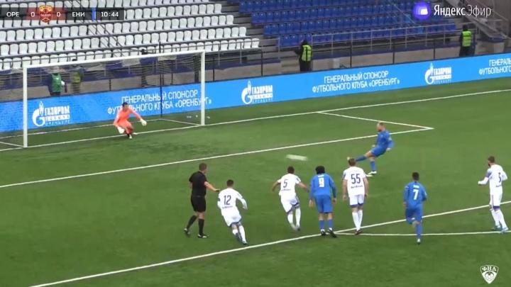 Футбольный «Енисей» в меньшинстве разгромил «Оренбург»