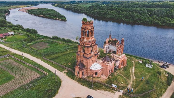 Здесь крестили Пермь Великую и «жили» пермские боги. Под Чердынью жители начали восстанавливать старинную церковь