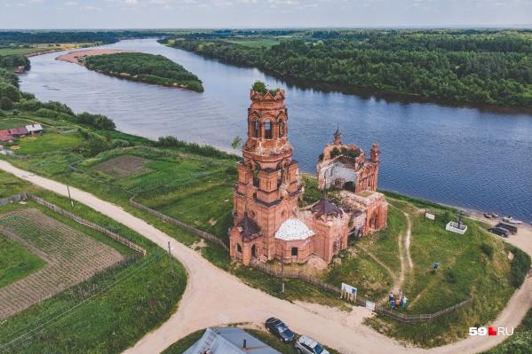 Благовещенская церковь стоит в живописном месте — на берегу реки Колвы в селе Покча