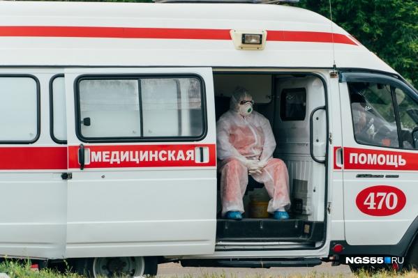 Медики часами работают в защитных костюмах, а в «красной зоне» амуниция ещё серьёзнее