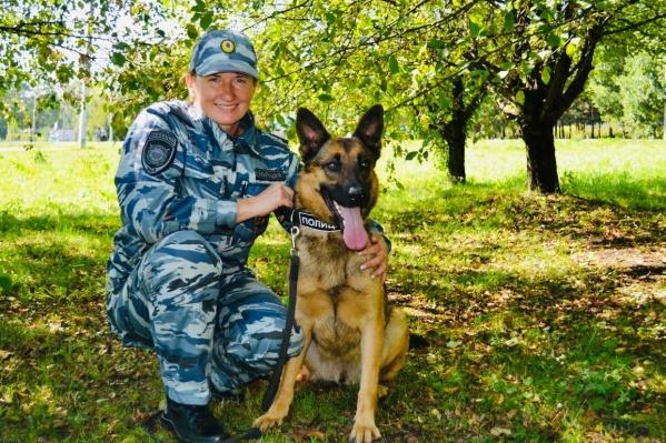 На фото Светлана Сизова с одним из своих питомцев — немецкой овчаркой Дези