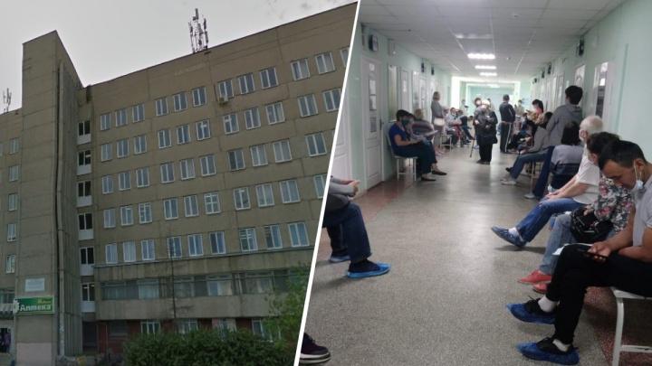 Нерабочие дни кончились? В поликлинике ЦГБ № 3 пациенты встали в очередь к терапевту, чтобы закрыть больничный