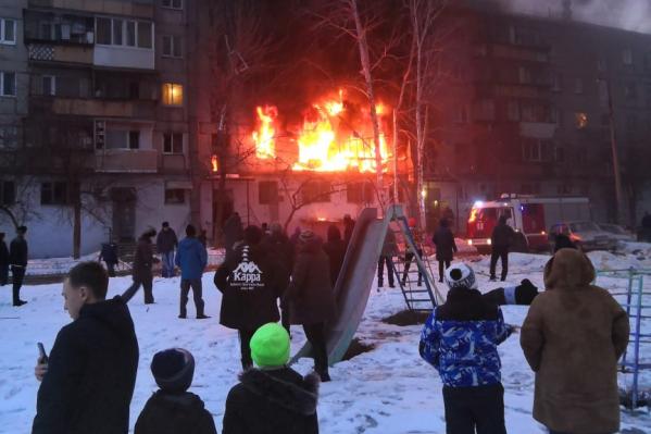 Из горящего дома спасли 25 взрослых и 6 детей