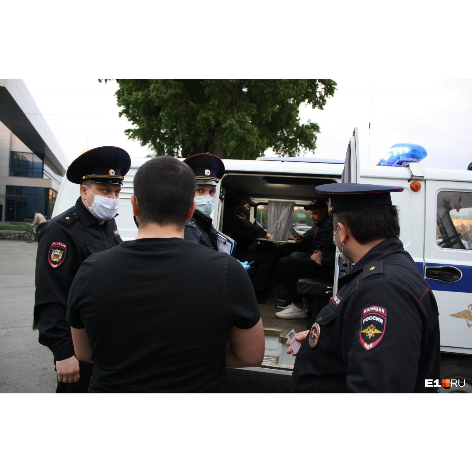Полицейские стали подводить участников вечеринки к уазику, чтобы оформить на них протоколы