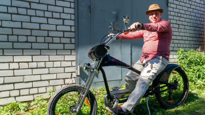 «Я любитель красивых вещей»: архангелогородец удивляет прохожих необычными велосипедами — видео