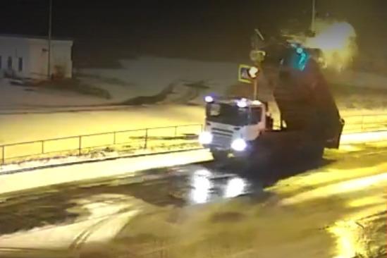 «Столб по спине прошел»: в Рыбинске грузовик с поднятым кузовом чуть не убил пешехода. Видео