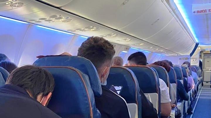 В самолёте Москва — Омск, который экстренно сел в Екатеринбурге, были футболисты «Торпедо»