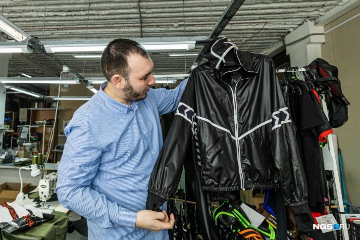 В переводе на рубли такая куртка-ветровка из плащёвки стоит в пределах 12 тысяч рублей