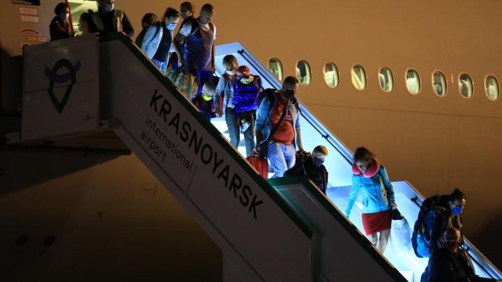 Самолет с красноярцами из Гоа приземлился в аэропорту глубокой ночью. Смотрим, как их встречали