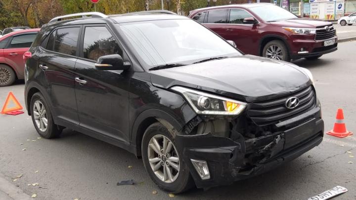 20-летняя сибирячка за рулём Hyundai въехала в такси на Восходе — вторую машину отбросило на пешехода