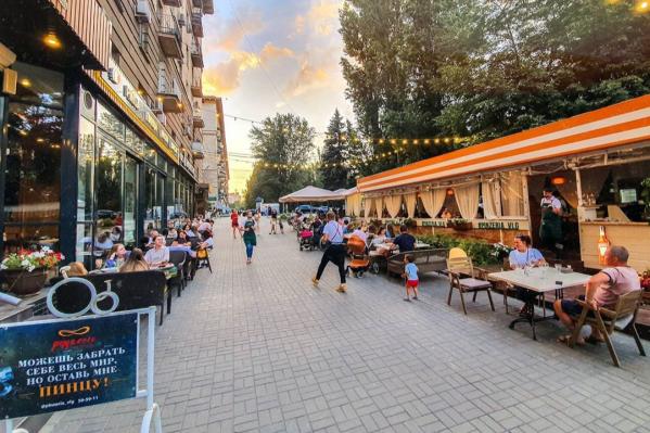 Центральные улицы города вновь превратились в большой светящийся ресторан<br>