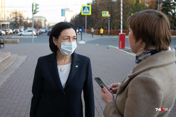 Нам удалось поговорить с Натальей Котовой под окнами администрации, когда она подъехала туда на служебном автомобиле к началу рабочего дня