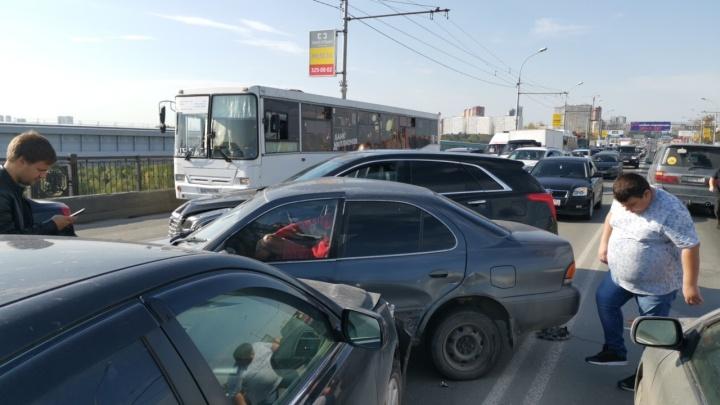 Водителя зажало в машине: на Октябрьском мосту собралась пробка из-за тройного ДТП