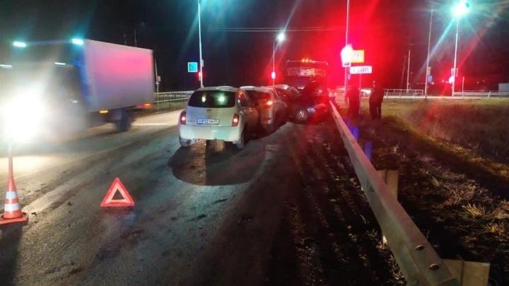 На трассе под Омском в аварии с бензовозом пострадала женщина