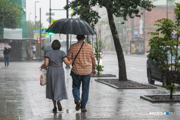 Помимо дождей обещают и теплую погоду, так что под зонтиком будет вполне комфортно совершить прогулку