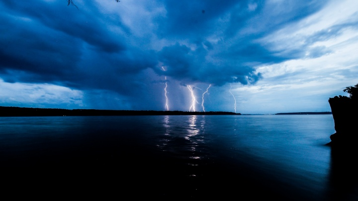 МЧС предупредило о сильном ветре и грозе в Прикамье