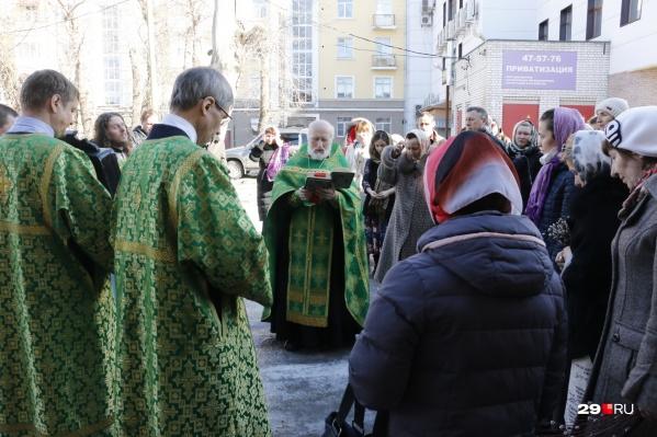 Некоторые богослужения проходят на улице