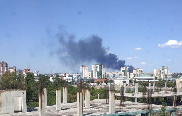 Крупный пожар произошёл в промзоне Челябинска