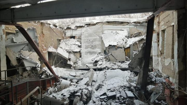 У здания насосной станции на Петухова обрушилась крыша — публикуем кадры с места