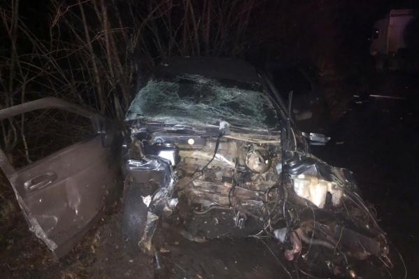 От удара у отечественного авто разорвало переднюю часть