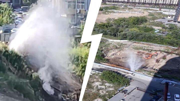 На стройке за «Ройял Парком» прорвало трубу — фонтан забил в высоту на несколько метров