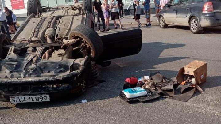 На улице Победы иномарка перевернулась и перекрыла дорогу