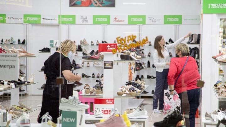 Челябинцы сэкономили на ногах: выручка обувных магазинов обвалилась на треть