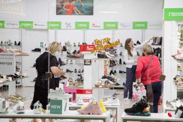 В начале октября челябинцы тратили на покупку обуви в среднем 2606 рублей